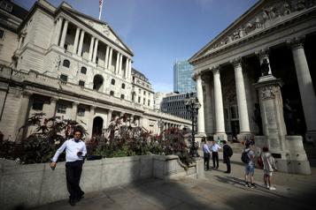 La Banque d'Angleterre maintient son taux, relève ses prévisions d'inflation)