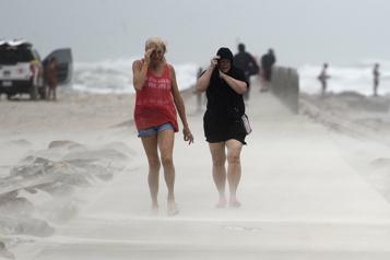 La tempête tropicale Nicholas faiblit en avançant dans les terres du Texas)
