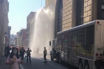 Un camion heurte une borne fontaine dans le Vieux-Montréal)