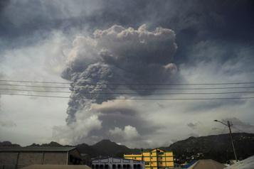 Petites Antilles L'île de Saint-Vincent sous les épaisses cendres d'un volcan)
