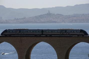 Entre falaises et Méditerranée, le retour du train de la côte Bleue)