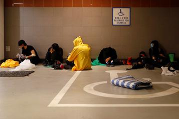 Hong Kong: des dizaines d'irréductibles toujours retranchés sur un campus universitaire