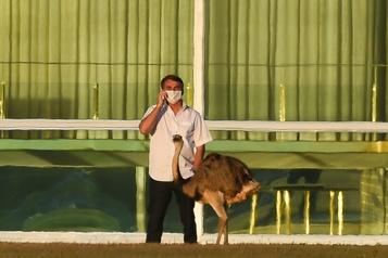 Bolsonaro, en quarantaine, annonce qu'il va subir un nouveau test)