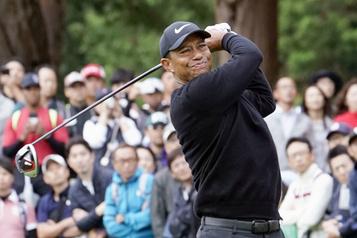 Tiger Woods se hisse en tête au Japon