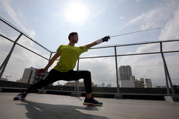 JO reportés: un médaillé olympique garde la forme en devenant livreur à vélo)