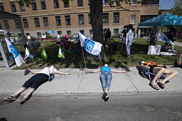 Des travailleurs de la santé manifestent pour leurs vacances)