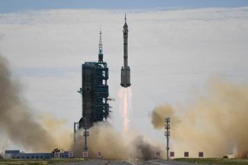 La navette chinoise Shenzhou-12 s'arrime à sa station spatiale)
