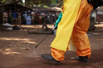 Guinée Ebola: des femmes bloquent l'accès à leur village au personnel de santé)