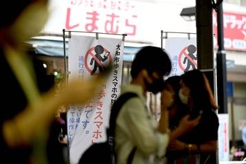 Japon: une ville interdit le téléphone intelligent en marchant)