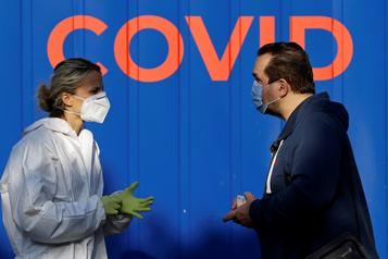 Le bilan de la pandémie dans le monde: plus de 961 000 morts)