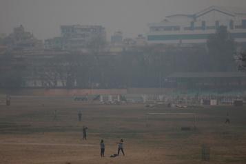 Le Népal connaît ses incendies de forêt les plus violents de la décennie)