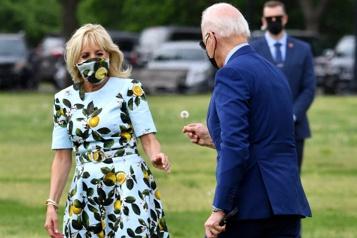 Joe Biden offre une fleur de pissenlit à la première dame)