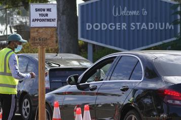COVID-19 Los Angeles convertit le stade des Dodgers en centre de vaccination )