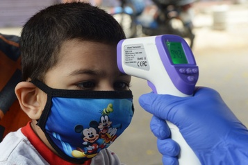 Plus de détails sur la maladie liée à la COVID-19 qui touche les enfants)