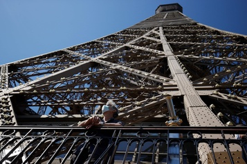 Paris, entre espoir et inquiétudes)