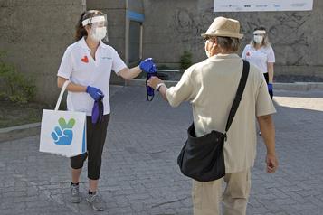 L'obligation du masque soulève des questions sur l'accessibilité)