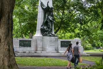 Des militants s'attaquent à un monument hommage à Dollard des Ormeaux)
