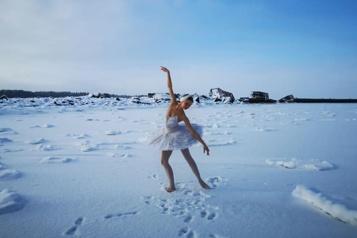 Russie Opposée à un projet portuaire, une ballerine danse sur la glace)