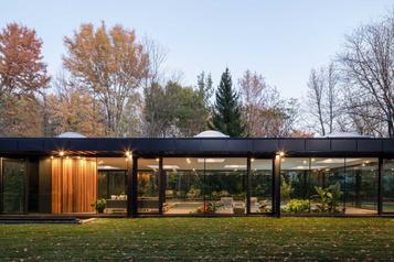 Un pavillon pour piscine tout en transparence)