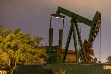 Le pétrole chute d'environ 5% dans un marché fébrile