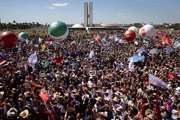 Brésil: 100000 femmes du monde rural manifestent contre Bolsonaro