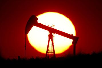 Les cours du pétrole accélèrent, le baril américain au-dessus des 10%)