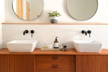 Du teck dans la salle de bains)
