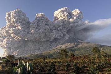 Indonésie Le volcan Sinabung crache une spectaculaire colonne de cendres)