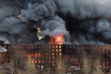 Russie: deux arrestations pour le gigantesque incendie d'une usine)