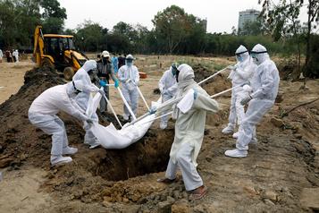 Le bilan de la pandémie dans le monde: près de 386 000 morts)