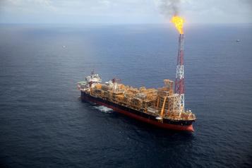 Les cours du pétrole stagnent en attendant le rapport sur les stocks américains)