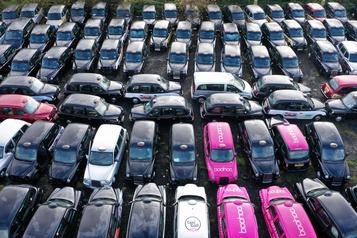Près de Londres fleurissent des champs de taxis immobilisés par la COVID-19)