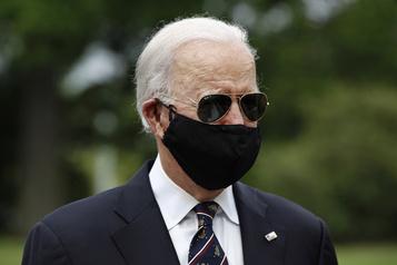 Biden: Trump est un «parfait crétin» pour s'être moqué de son masque)