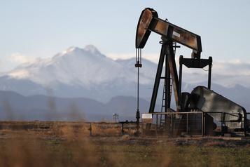 Le pétrole se redresse alors que la production américaine se replie)