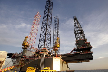 Le pétrole grimpe aidé par le recul des stocks américains)