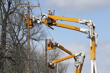 Isaias cause des milliers de pannes d'électricité au Québec)