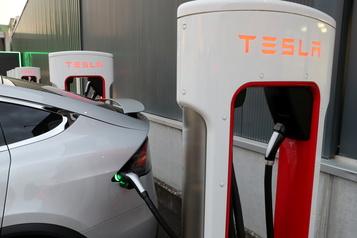 La pandémie et la récession ne freinent pas l'élan de Tesla)