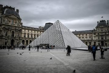 COVID-19: le Louvre, la tour Eiffel et Versailles ferment