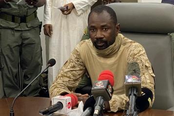 Attaque au couteau  L'homme fort du Mali échappe à une tentative d'assassinat dans une mosquée)
