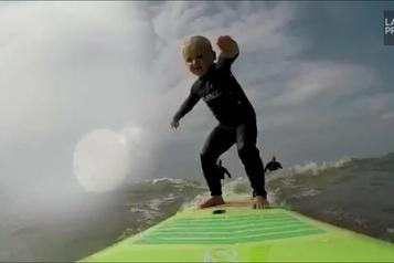 Prodige du surf à seulement quatre ans)