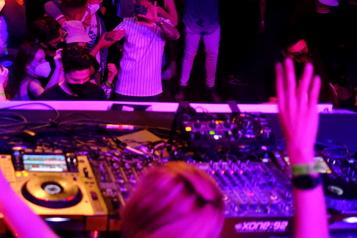 Danser comme avant la COVID-19 Une légendaire boîte de nuit allemande rouvre son plancher de danse)
