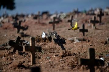 COVID-19 au Brésil Nouveau record mensuel de morts )