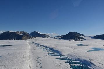 Le dernier plateau de glace intact du Canada s'est brisé)