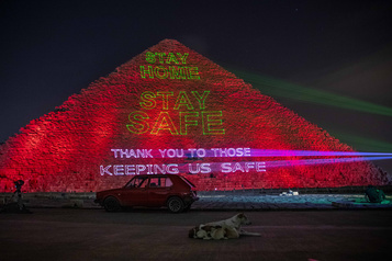 La pyramide de Guizeh illuminée face au coronavirus