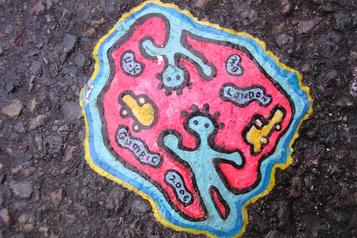De vieilles gommes deviennent de l'art environnemental