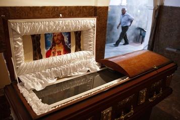 Une directrice funéraire perd son permis pour avoir réutilisé des cercueils