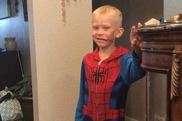 Les superhéros américains saluent la bravoure d'un petit garçon)