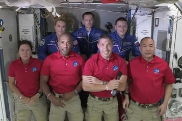 SpaceX L'équipe de la capsule Dragon à bord de la Station spatiale internationale)