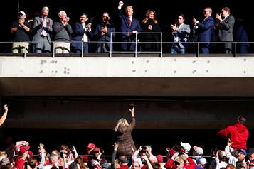 Donald Trump acclamé lors d'un match de football en Alabama