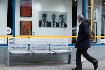 À New York, des œuvres d'art se glissent dans les vitrines des magasins désertés)